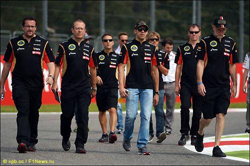 Пастор Мальдонадо (в центре) вместе с инженерами Lotus F1 во время обхода трассы в Монце