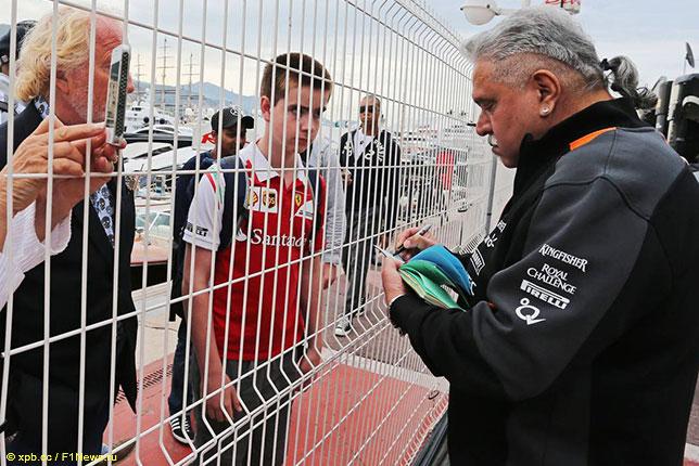 Виджей Малья раздаёт автографы, Гран При Монако 2015 года