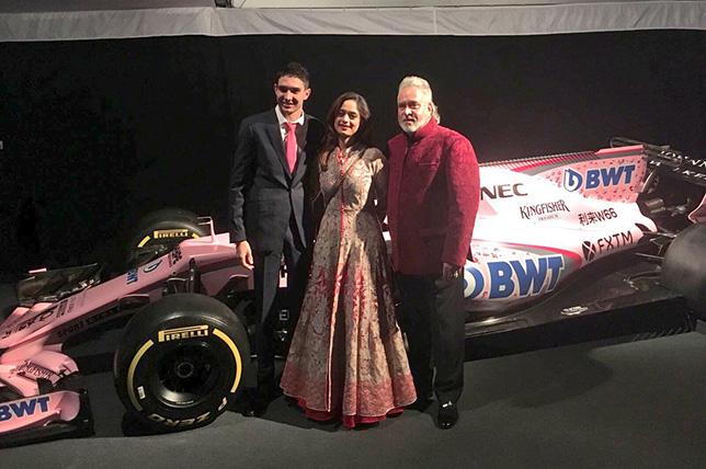 Эстебан Окон и Виджей Малья с супругой на фоне машины VJM10