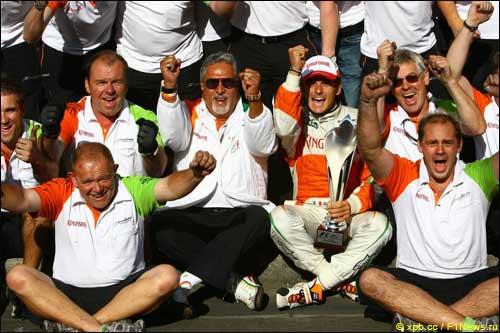 Виджей Малья (в центре) празднует успех вместе с командой