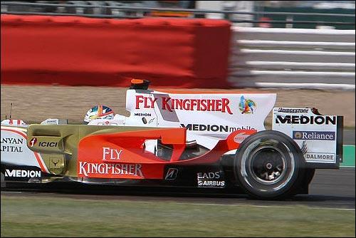Логотипы Median на машине Force India