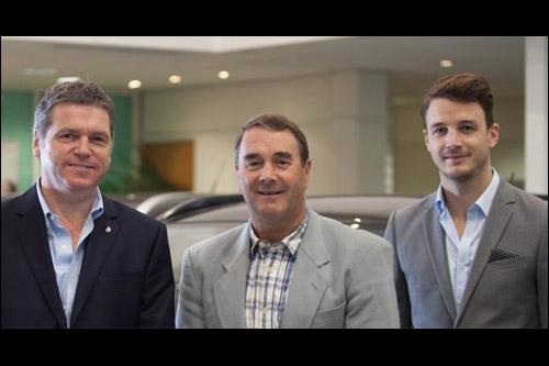 Управляющий директор Mitsubishi в Великобритании Лэнс Брэдли, Найджел Мэнселл и Лео Мэнселл