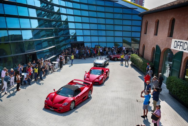 Парад спорткаров Ferrari на родине Энцо Феррари в Модене
