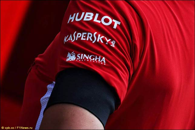 Траурная лента на униформе сотрудников Ferrari