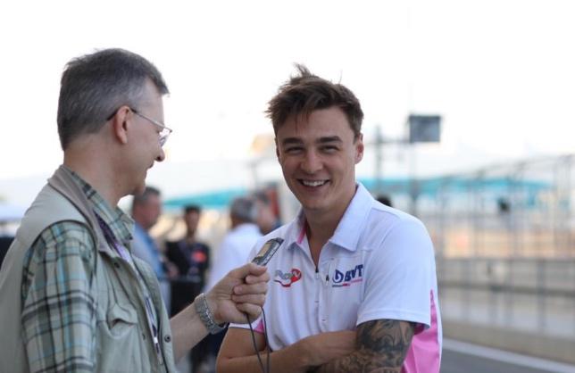 Артём Маркелов во время интервью F1News.ru перед стартом субботней гонки Формулы 2 в Абу-Даби, фото Светланы Стрельниковой
