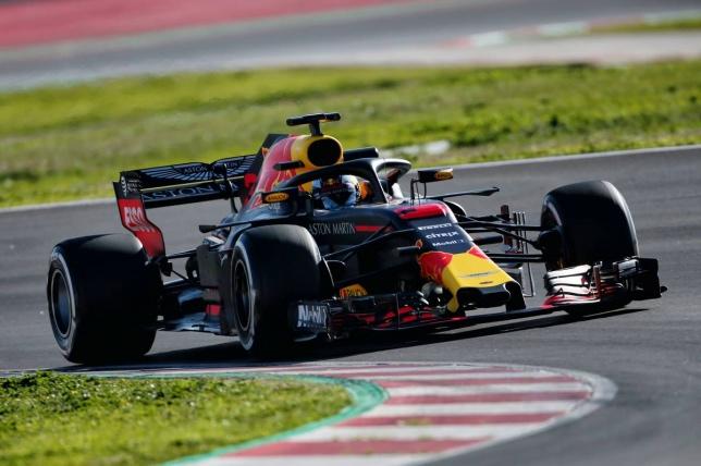 Даниэль Риккардо за рулём RB14 на трассе в Барселоне