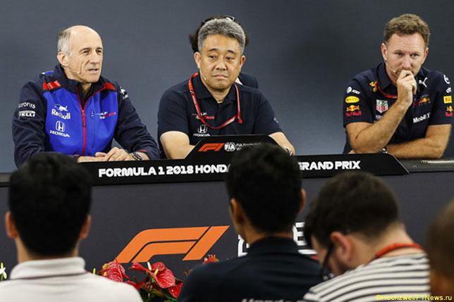 Тойохару Танабе (в центре), технический директор Honda F1, и руководители команд Toro Rosso и Red Bull Racing