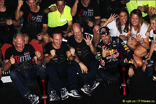 Хельмут Марко (в первом ряду слева) празднует победу вместе с Себастьяном Феттелем и командой Red Bull Racing