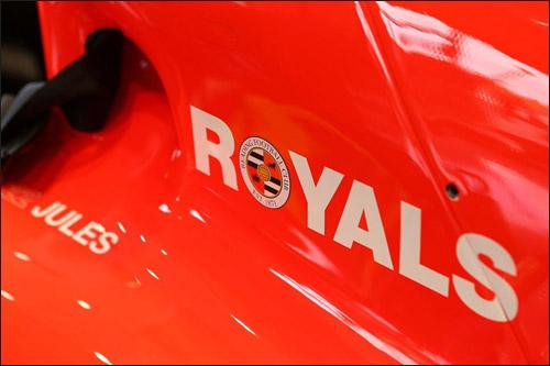Логотип Royals на машине Marussia F1 Жюля Бьянки