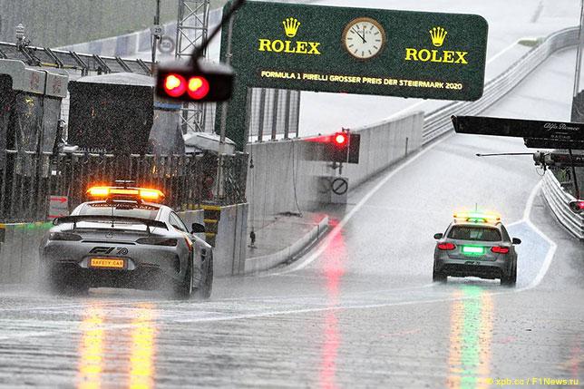 Сейфти-кар и автомобиль безопасности FIA на трассе в Шпильберге