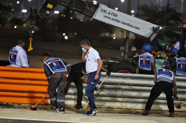 Майкл Маси, директор гонок FIA, на месте аварии Романа Грожана
