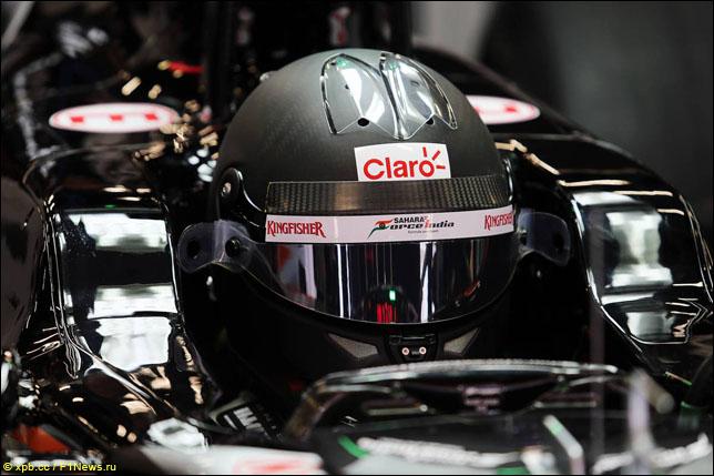 Черный шлем Серхио Переса на тестах в Барселоне