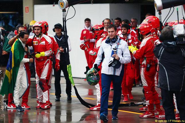 Механики Ferrari приветствуют Фелипе Массу