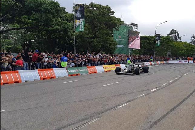 Фелипе Масса за рулём Lotus 97T на импровизированной трассе в Сан-Паулу