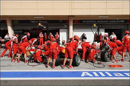 Машина Фелипе Массы в боксах Ferrari