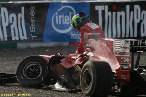 Фелипе Масса выбирается из своей искореженной машины после столкновения с Витантонио Лиуцци