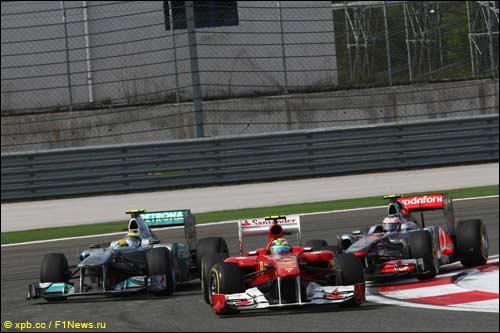 Фелипе Масса борется с Нико Росбергом и Дженсоном Баттоном на трассе Гран При Турции
