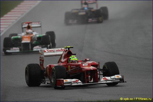 Фелипе Масса ведет борьбу с соперниками на трассе Гран При Малайзии