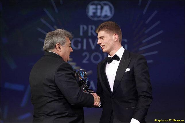 Макс Ферстаппен на церемонии награждения FIA