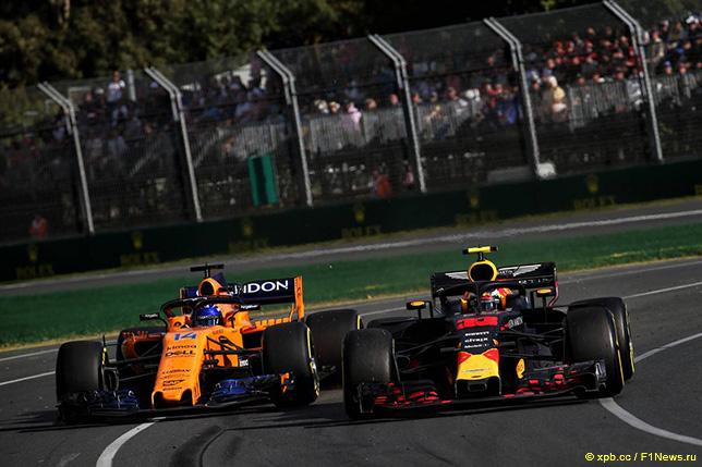 Макс Ферстаппен ведёт борьбу с Фернандо Алонсо на трассе Гран При Австралии