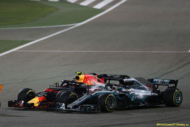 Макс Ферстаппен атакует Льюиса Хэмилтона на трассе Гран При Бахрейна