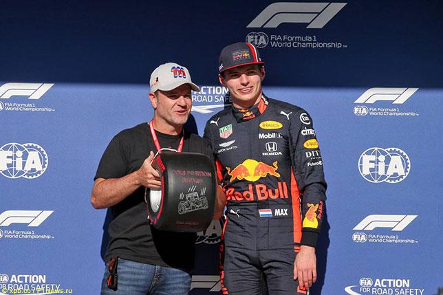 Рубенс Баррикелло вручает Максу Ферстаппену приз Pirelli за победу в квалификации