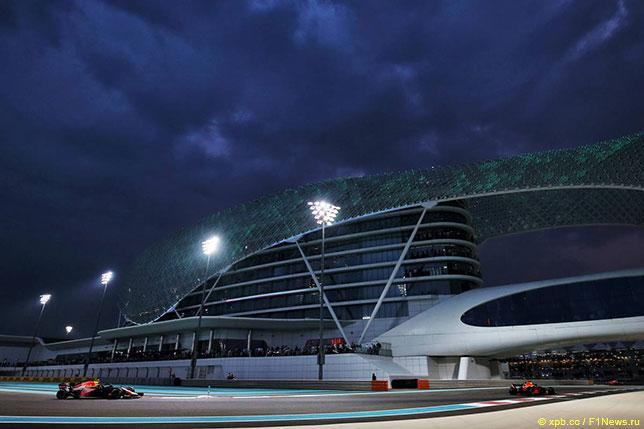 Машины Red Bull Racing на трассе в Абу-Даби, 2018 год