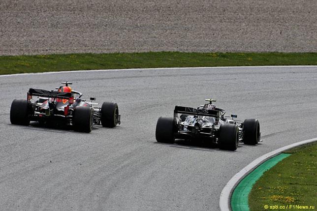 В дуэли Макса Ферстаппена и Валттери Боттаса финский гонщик Mercedes одержал верх