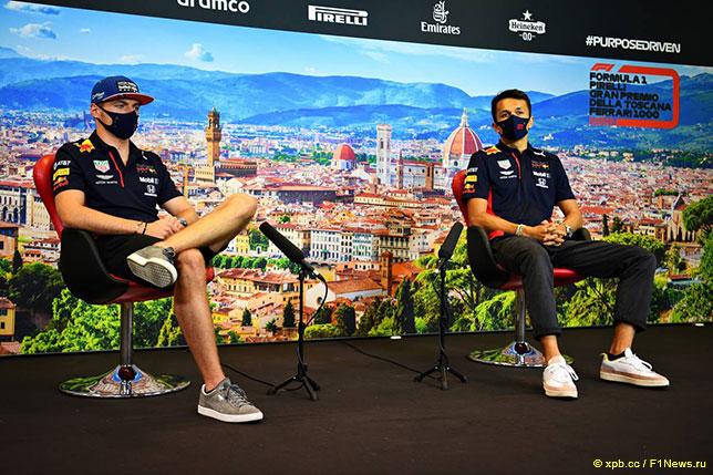 Макс Ферстаппен и Александер Элбон на пресс-конференции в Муджелло