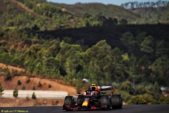 Александер Элбон за рулём RB16 на трассе в Портимао