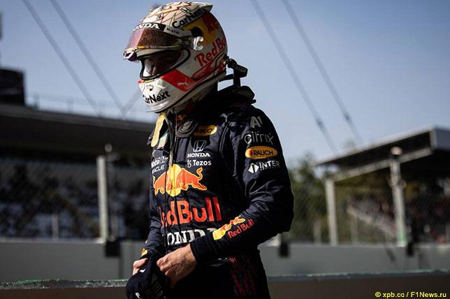 Макс Ферстаппен возвращается в боксы Red Bull Racing после инцидента в первой шикане