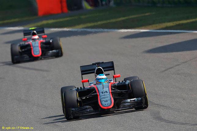 Фернандо Алонсо и Дженсон Баттон за рулём McLaren MP4-30