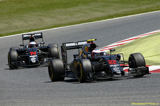 Машины McLaren на трассе Гран При Испании
