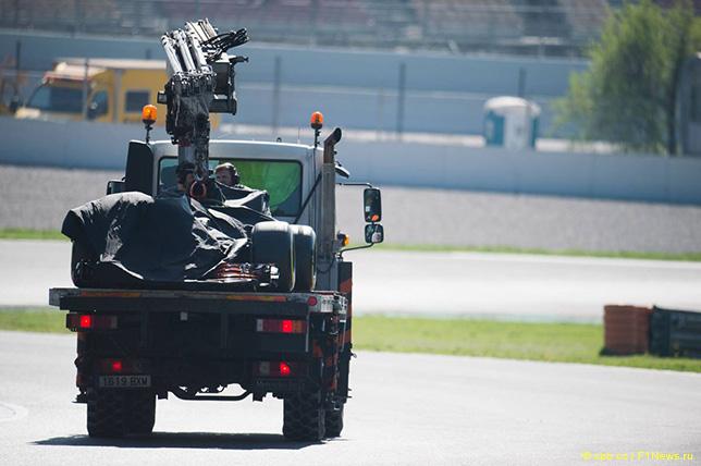 Машина Фернандо Алонсо возвращается в боксы McLaren на эвакуаторе после очередной проблемы с двигателем Honda