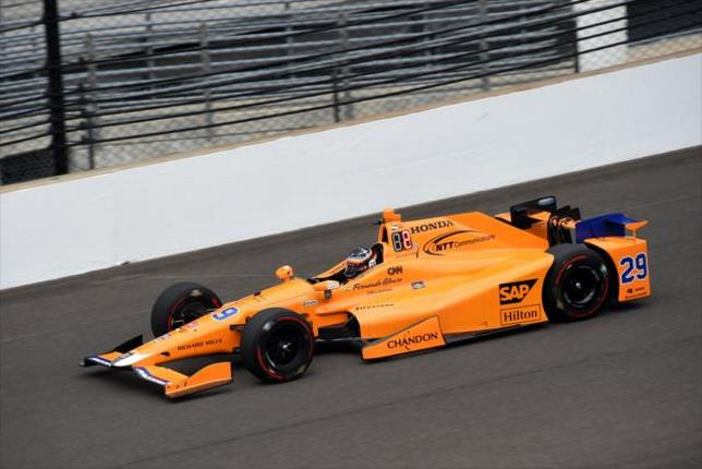 Фернандо Алонсо за рулем McLaren-Honda-Andretti в Индианаполисе