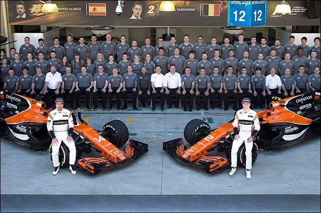 McLaren –групповая фотография в конце сезона