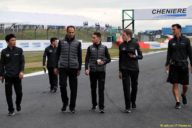 Стоффель Вандорн и его инженеры во время подготовки к Гран При Великобритании, 2017 год