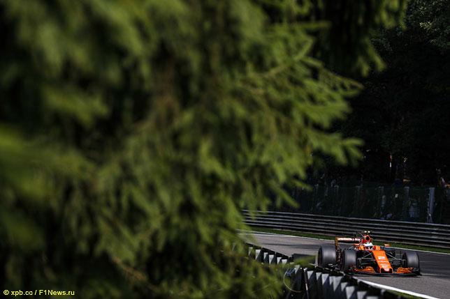Стоффель Вандорн за рулём McLaren на трассе в Спа, 2017 год