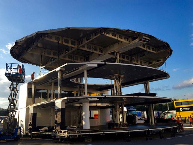 Бригада McLaren, прибывшая в Барселону, первым делом занялась строительством моторхоума