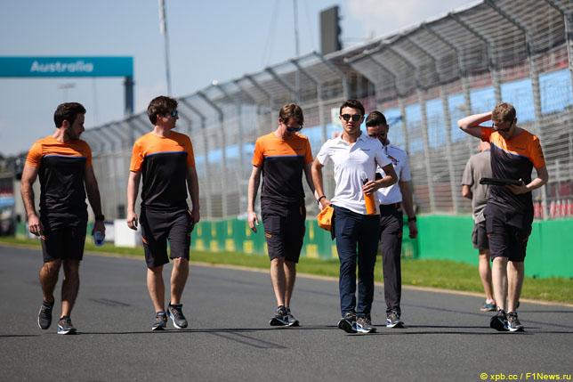 Ландо Норрис вместе с инженерами McLaren гуляет по трассе в Мельбурне