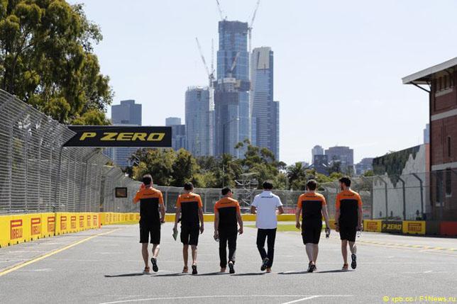 Сотрудники McLaren в Мельбурне