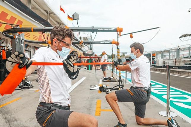 Разминка сотрудников McLaren