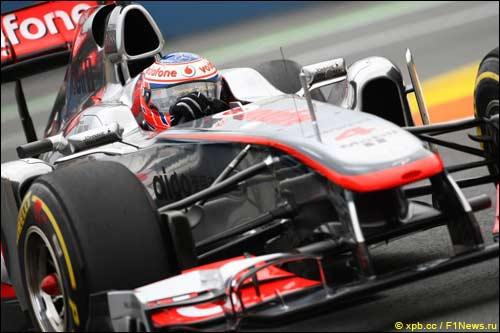 Дженсон Баттон за рулем МР4-26 на трассе в Валенсии