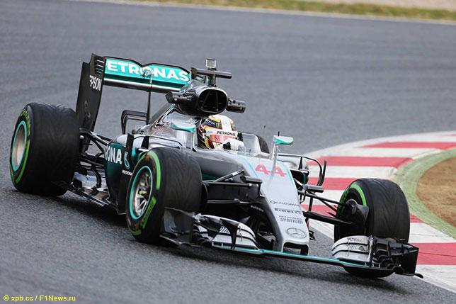 Льюис Хэмилтон за рулём Mercedes W07 в первый день тестов в Барселоне