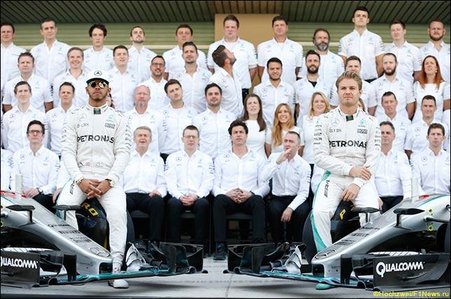 Групповая фотография Mercedes AMG Petronas