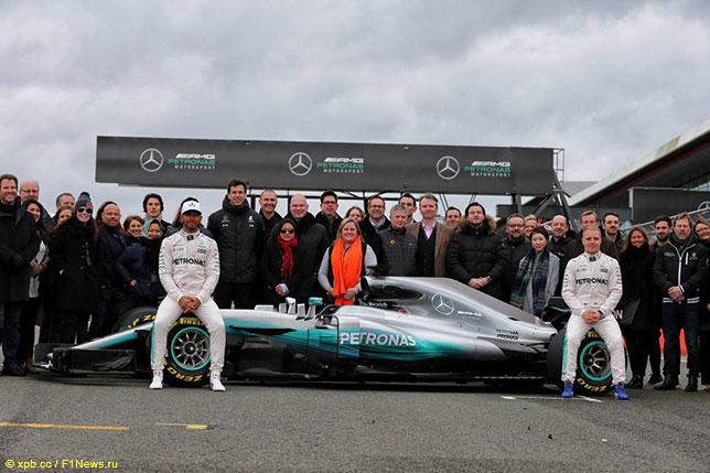 Команда Mercedes AMG на презентации новой машины W08