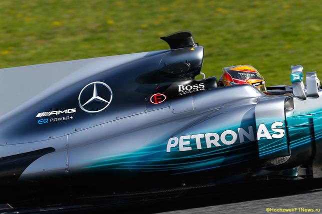 Льюис Хэмилтон за рулём Mercedes W08 на тестах в Барселоне