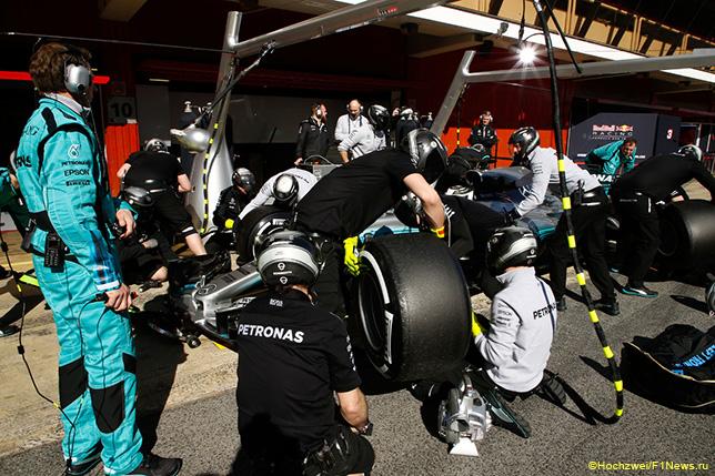 Механики Mercedes отрабатывают пит-стопы на тестах в Барселоне