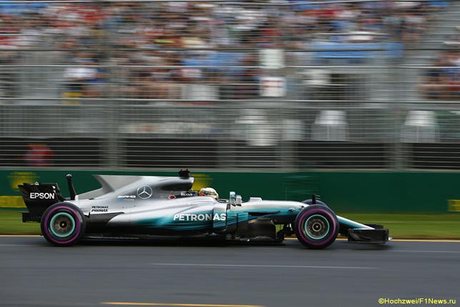 Льюис Хэмилтон за рулём Mercedes W08 на трассе в Мельбурне