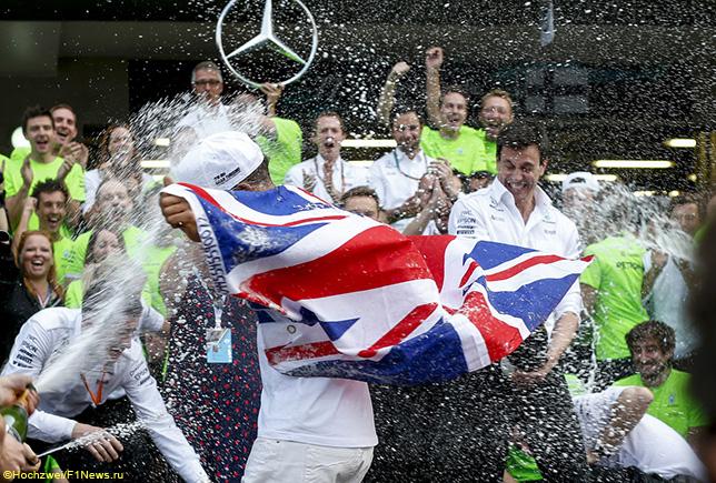 Команда Mercedes отмечает титул Льюиса Хэмилтона в Мексике